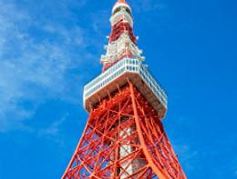 [foto] Vista externa de la Torre de Tokio roja y blanca desde el nivel del suelo hacia arriba con fondo de cielo azul
