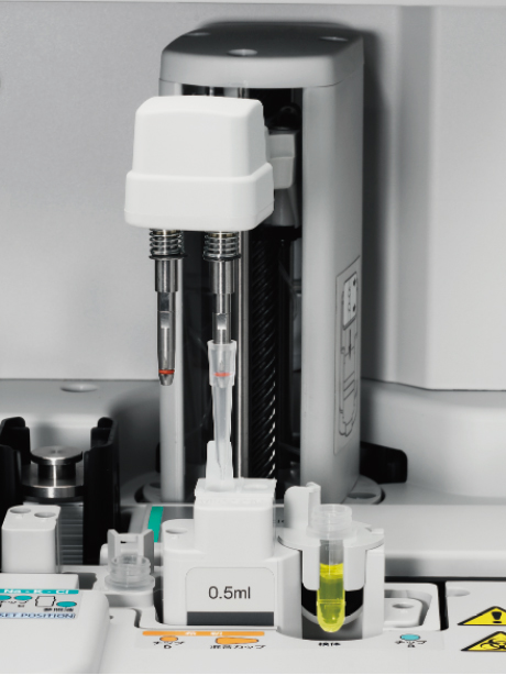 [photo] Machine automatically diluting samples inside incubator