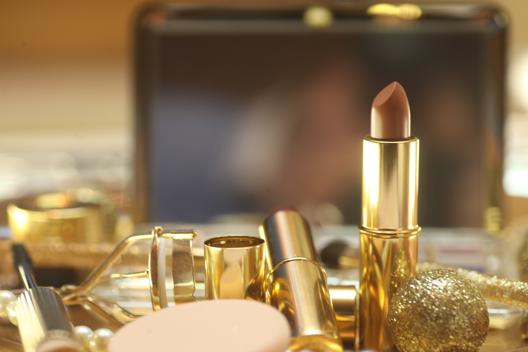 Maquillaje esparcido en un tocador