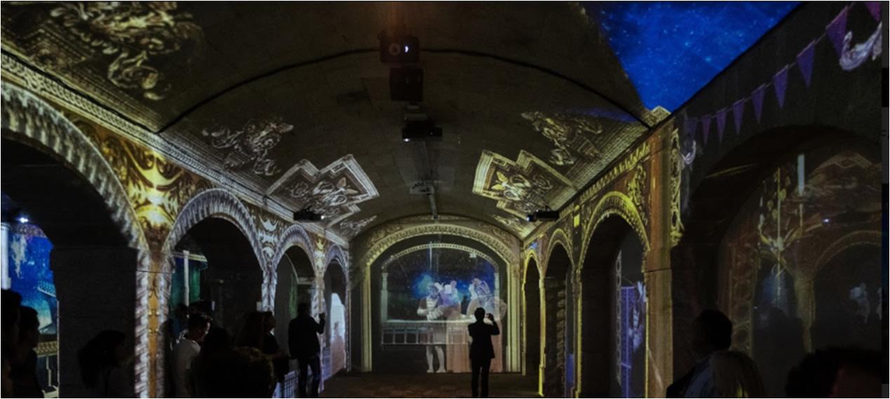 [foto] Luces proyectadas hacia el techo, las paredes y los pilares de la sala estilo catedral