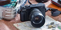 [foto] Una cámara digital Fujifilm sobre una mesa con decoración