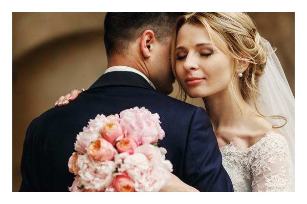 Pareja con atuendo de boda