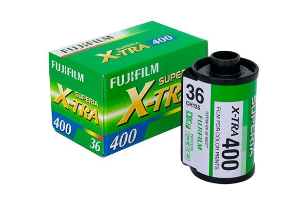 [photo] Fujicolor SUPERIA X-TRA400 Film next to it's box