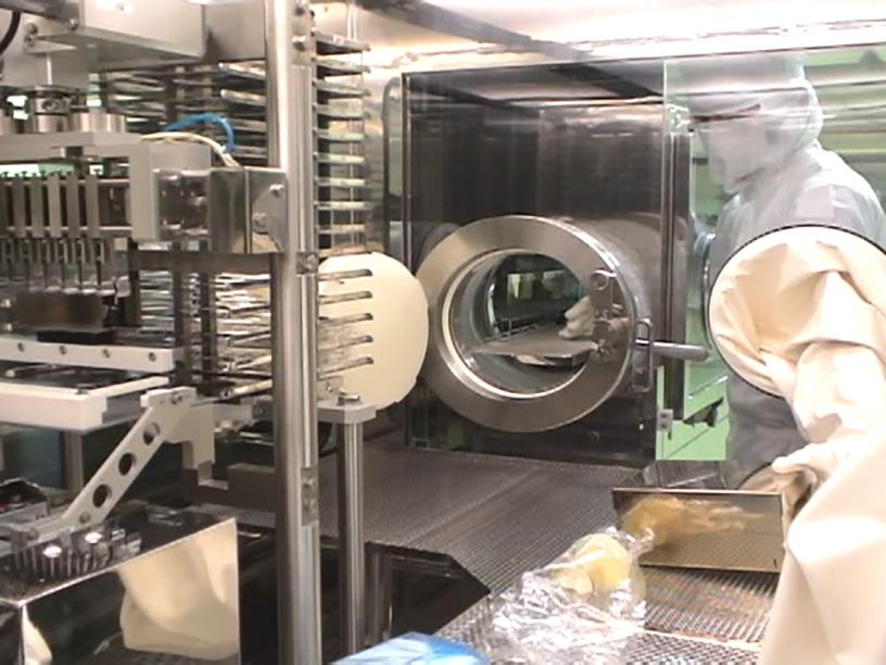 [写真]アイソレータ方式による注射剤製造