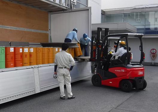 [写真]放射性廃棄物の引き出し
