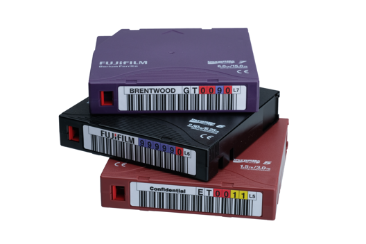 Pile de cassettes Fujifilm avec étiquettes codes-barres