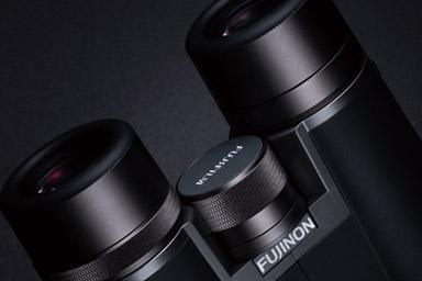 [foto] Primo piano del logo Fujinon su dei binocoli