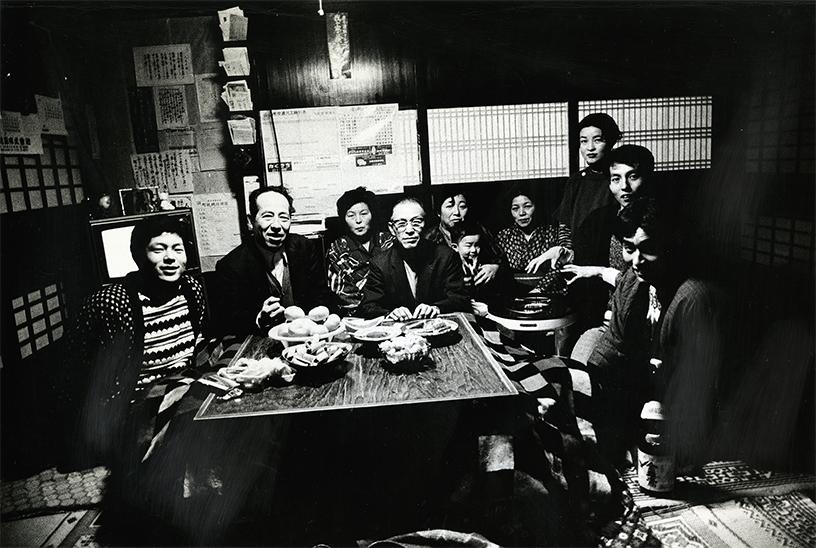 「こたつ」山形・白鷹 1976年 写真:北井一夫 ©Kazuo Kitai