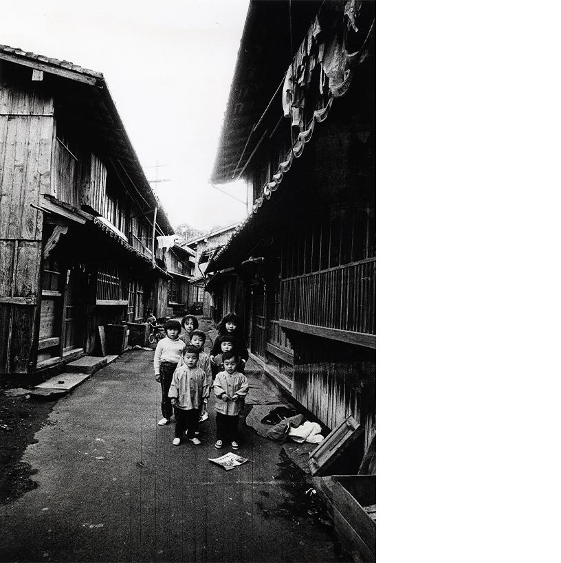 「長屋」長崎・平戸 1972年 写真:北井一夫 ©Kazuo Kitai
