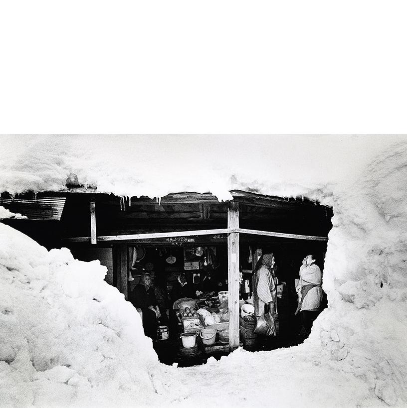 「雪の中で」秋田・湯沢 1974年 写真:北井一夫 ©Kazuo Kitai