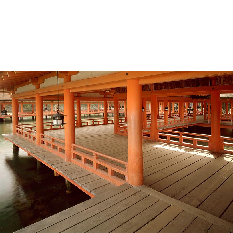 [写真]岡本茂男 嚴島神社 廻廊平舞台より東廻廊 1988年 ©岡本写真工房