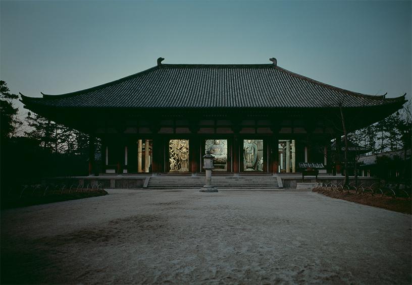[写真]渡辺義雄 唐招提寺金堂夜景 1968年頃 ©日本写真保存センター