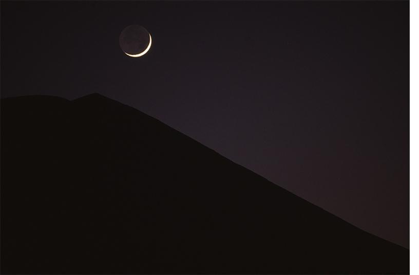 [画像]山梨県忍野村から「稜線と新月」 撮影:竹内敏信