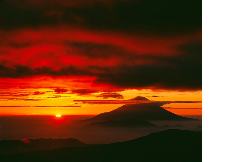 [画像]南アルプス千枚小屋から「真紅に燃える朝雲と富士山」 撮影:白簱史朗