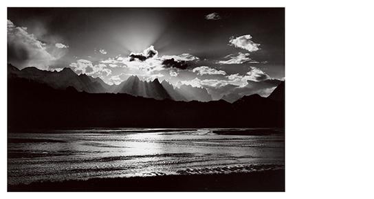 [写真]水越 武「天に登る光跡 カラコルム・パキスタン」 1979年