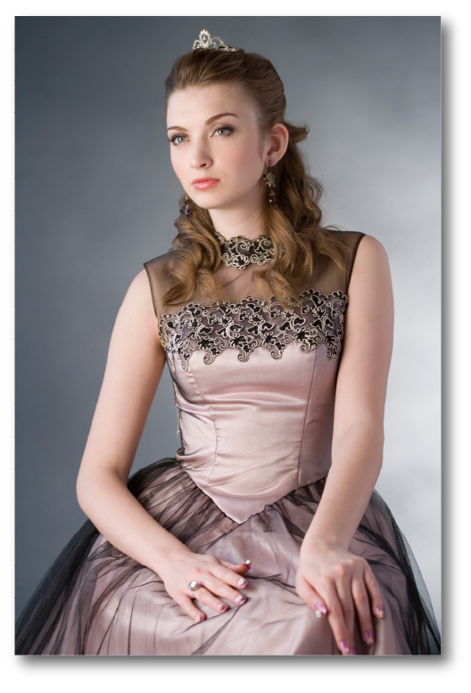 [photo] 티아라를 쓰고 칙칙한 핑크색 드레스를 입은 어린 소녀의 인물사진