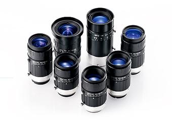 [사진] 흰색 배경에 놓인 후지필름 머신 비전 렌즈의 종류별 컬렉션