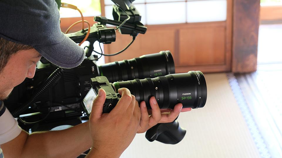 [사진] 후지논 50-135mm 렌즈를 장착한 Sony A6500으로 촬영 중인 핸드헬드 카메라 조작자를 가까이서 촬영한 모습