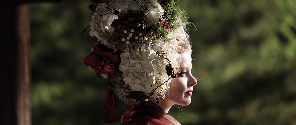 [사진] 일본 전통 모자와 복장을 착용한 여배우의 옆모습