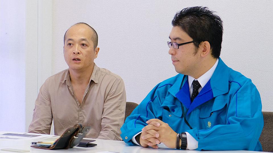 [사진] 왼쪽부터: 후지필름 프레젠테이션 중인 Sakai(디자이너),  Kakinuma(광학 엔지니어)