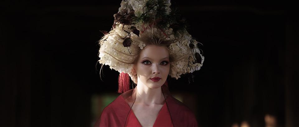 [사진] 일본 전통 모자와 복장을 착용한 여배우의 근접 촬영 모습