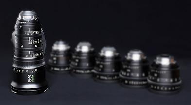 [사진] 긴 ZX 시리즈 렌즈와 흐린 배경으로 보이는 더 짧은 ZK 시리즈 렌즈 컬렉션