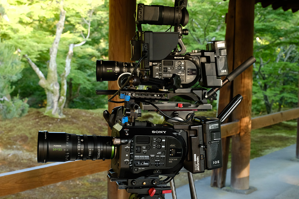 [사진] 삼각대에 장착된 소니 FS7 카메라 2대와 후지논 18-55mm 및 50-153mm 렌즈