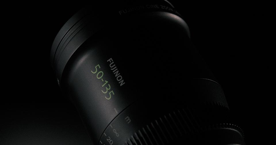 [사진] 옆면에 후지논 50-135mm가 에칭된 MK 시리즈 렌즈의 상부 정면 모습