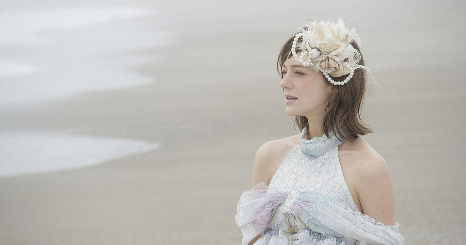 [사진] 드레스를 입고 있는 해변가에 서 있는 여성