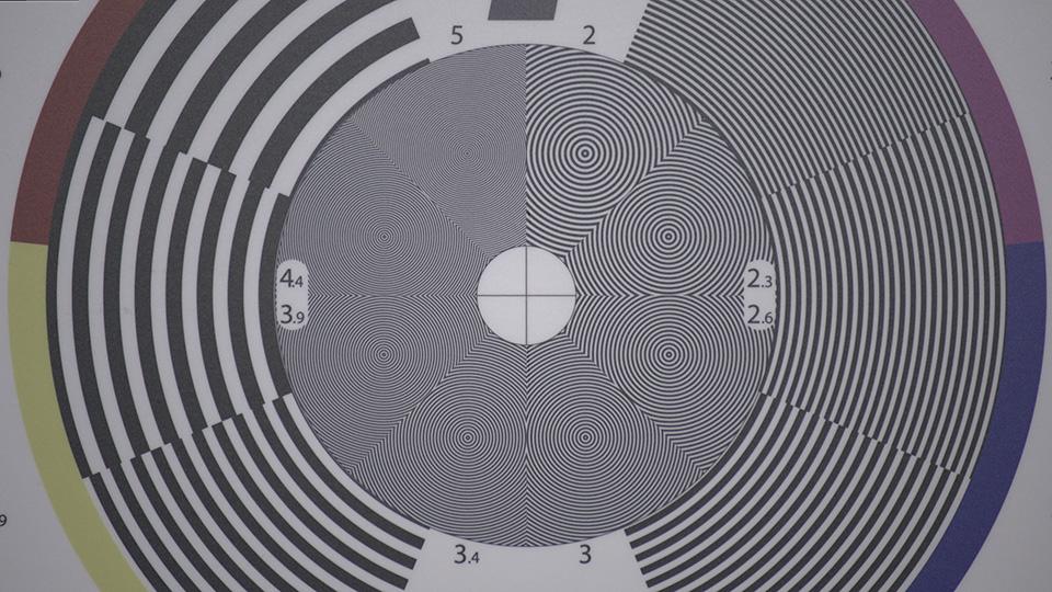 [사진] 물결 무늬가 있는 큰 원 한 개가 보이는 렌즈 테스트 차트
