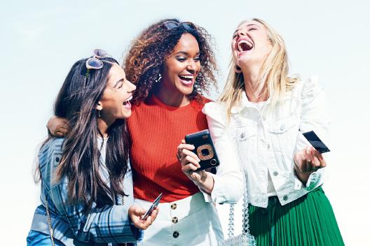 [photo] 인스턴트 미니 리플레이와 사진을 들고 웃고 있는 3명의 여자 친구들