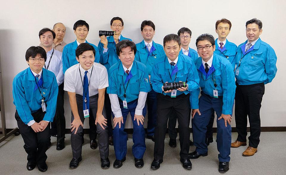[사진] 흰색 벽을 배경으로 찍은 후지필름 시네 렌즈 팀의 단체 사진