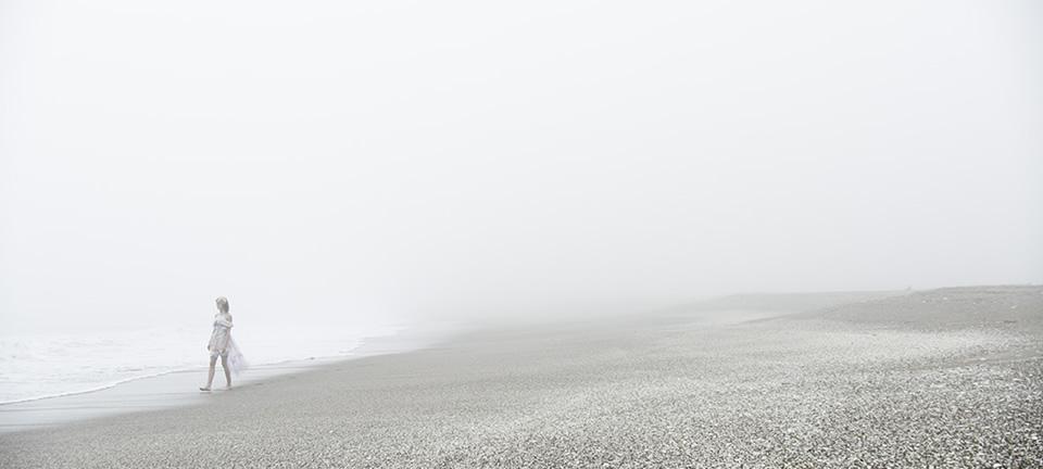 [사진] 해변을 걷는 여성 와이드 샷