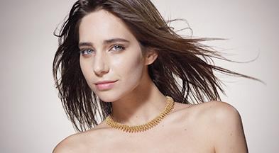 [사진] 카메라를 바라보며 머리카락을 흩날리는 모델의 반신을 촬영한 모습