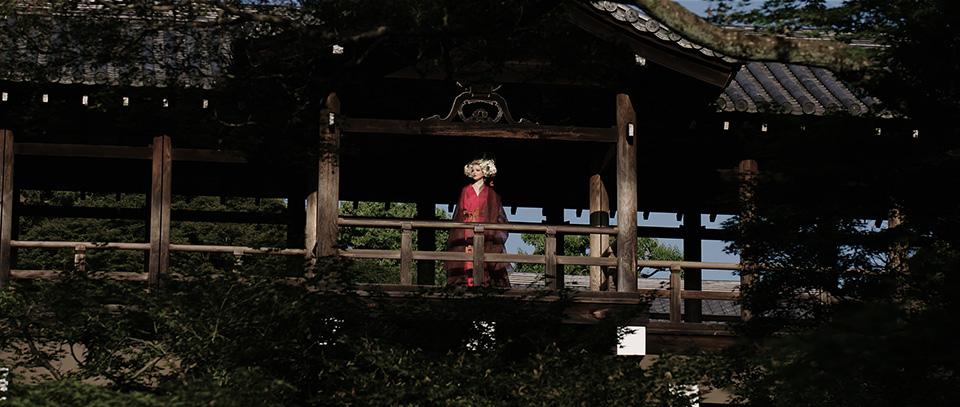 [사진] 전통 일본 의상을 입고 전통 일본식 목조 주택 아래에 서 있는 여성의 와이드 샷