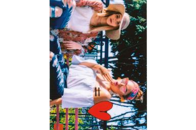 [photo] 카메라를 향해 포즈를 취하고 있는 공원 벤치에 앉아 있는 2명의 소녀의 옆에 하트 프레임 적용