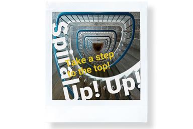 [photo] 'Spiral Up' 및 'Take a top'이라는 단어가 있는 긴 나선형 계단이 내려다보이는 사진