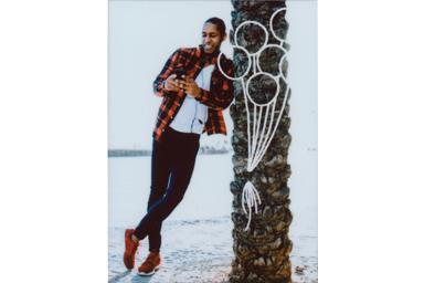 [photo] 나무에 기대고 있는 젊은 남성의 사진에 풍선 프레임 추가