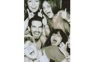 [photo] 엄지손가락을 위로 올린 친구들의 단체 사진에 세피아 필터 적용