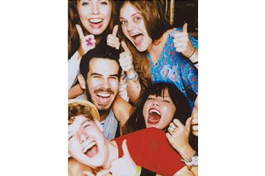 [photo] 엄지손가락을 위로 올린 친구들의 단체 사진에 비비드 필터 적용