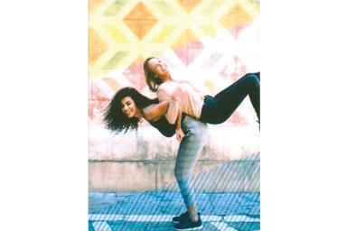 [photo] 소녀가 등을 맞댄 친구를 들어 올리는 사진에 스트라이프 프레임 추가