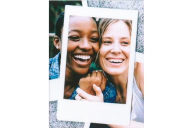 [photo] 여성 친구 2명이 볼을 맞대고 웃는 사진에 포토 인 포토 1 프레임 추가