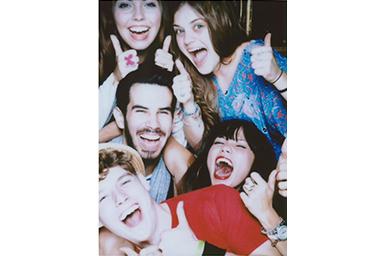 [photo] 엄지손가락을 위로 올린 친구들의 단체 사진에 스타일리시 필터 적용