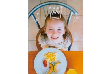 [photo] 테이블 위에서 밥을 먹는 어린이를 위에서 내려다보며 찍은 사진에 왕관 프레임 적용