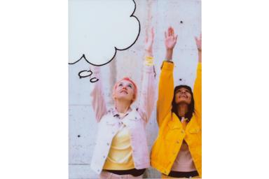 [photo] 팔을 위로 뻗은 두 명의 여성 친구의 사진에 말풍선 3 프레임 추가