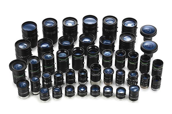 [사진] 모든 FUJINON 머신 비전 렌즈 그룹을 나란히 진열해놓은 모습