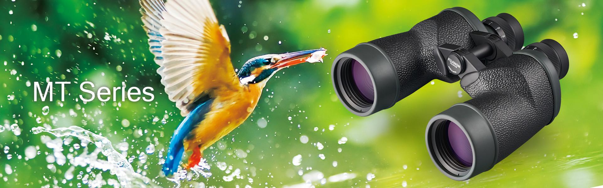 [사진] 흐릿한 녹색을 배경으로 벌새가 물을 튀기면서 날고 있는 그림 앞에 놓인 블랙 쌍안경