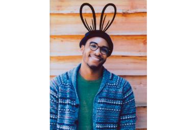 [photo] 카메라를 향해 미소 짓는 젊은 남성의 사진에 토끼 귀 프레임 추가