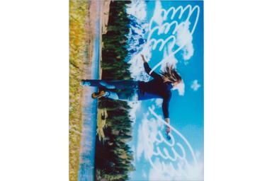 [photo] 잔디 위에서 점프하는 청년의 사진에 날개 프레임 적용