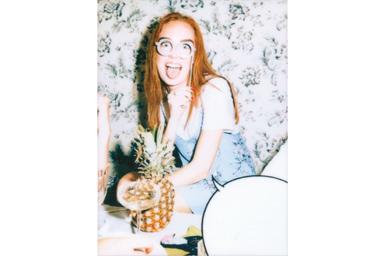 [photo] 테이블에 앉아 웃고 있는 소녀의 사진에 말풍선 1 프레임 추가